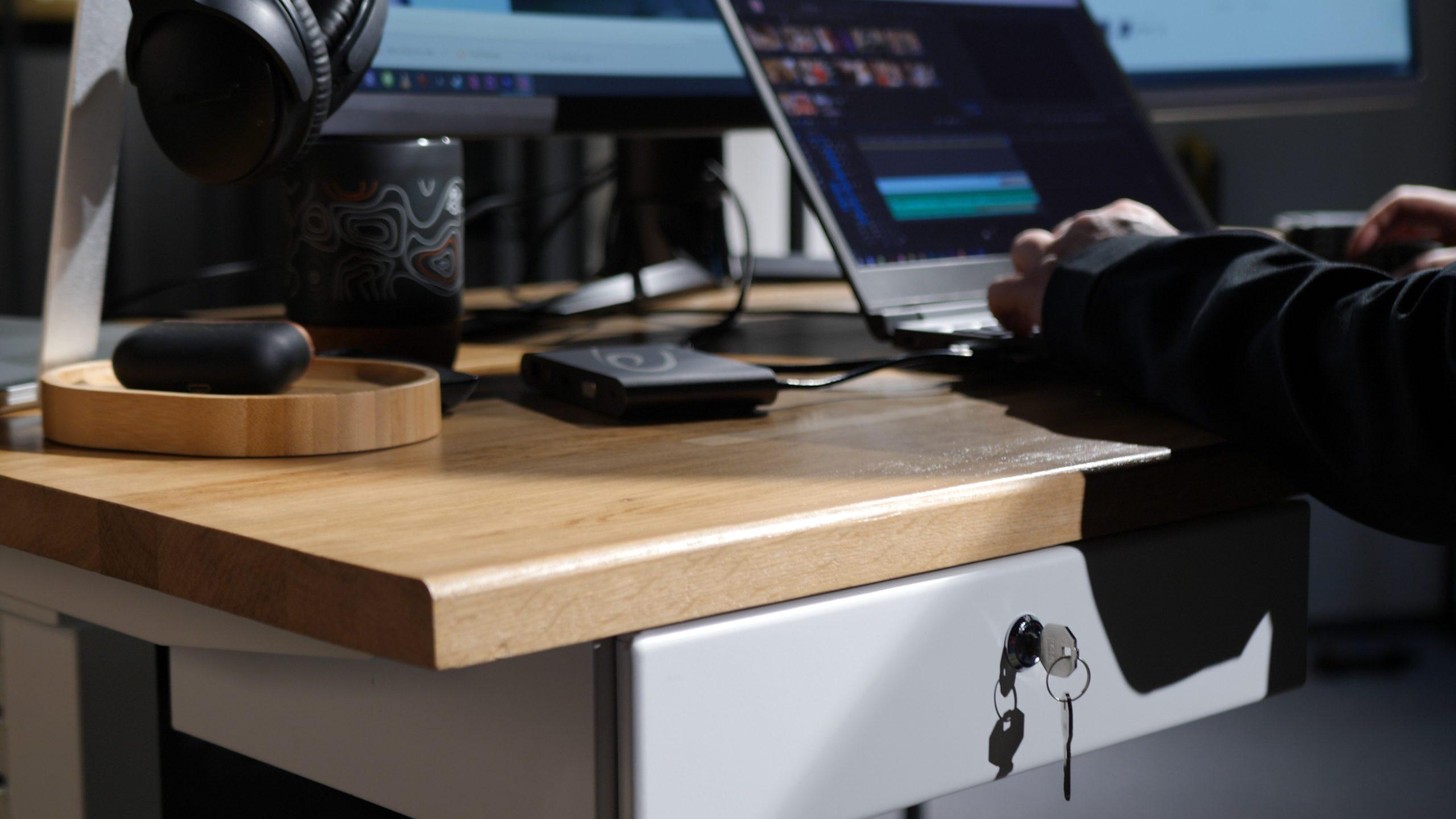 lucrați acasă pe computer indicator săgeată cu opțiuni binare